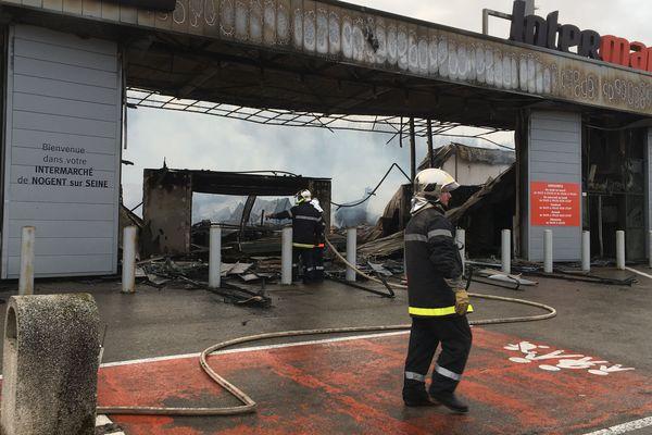 L'incendie a ravagé 2.500 m2 / Nogent-sur-Seine / 22 décembre 2017