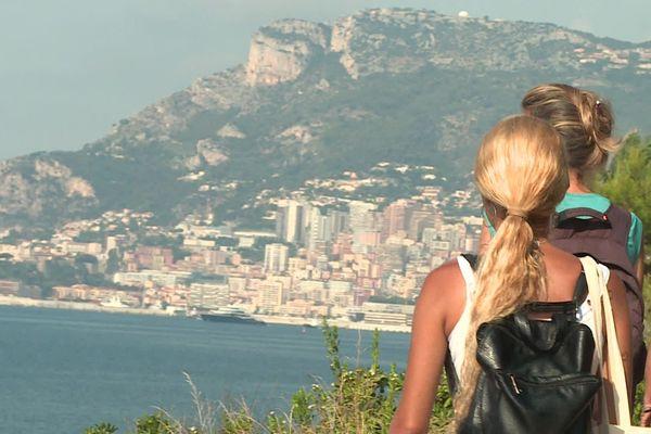 Le sentier du bord de mer offre une vue dégagée sur la baie de Roquebrune-Cap-Martin