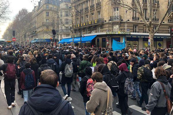 Plusieurs milliers de lycéens ont défilé dans les rues de Paris ce mardi 11 décembre. Ici, boulevard Saint-Michel (6e).