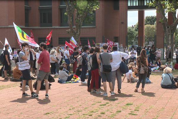 A Toulouse, les accompagnants d'élèves en situation de handicap (AESH) ont manifesté devant le rectorat d'académie. 3 juin 2021.