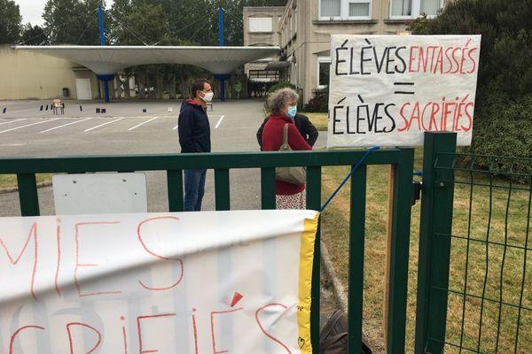 Dans la cour du collège Jules Ferry de Querqueville, les parents se disent compréhensifs. Les 337 élèves n'ont pas fait leur rentrée.