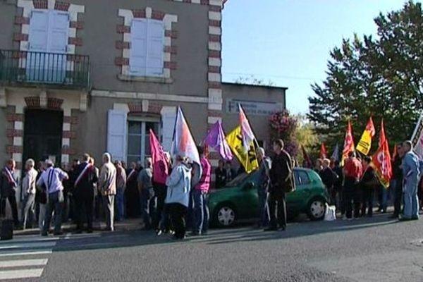 Elus et habitants se sont rassemblés, ce jeudi, devant la trésorerie de Saint-Martin-d'Auxigny (Cher).