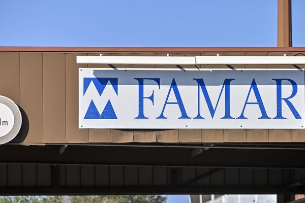 Le site de l'usine Famar au sud ouest de Lyon, employant plus de 300 personnes, sous traitant pour le compte des laboratoires pharmaceutiques est l'unique usine enregistrée pour délivrer le marché francais en Chloroquine (Nivaquine)
