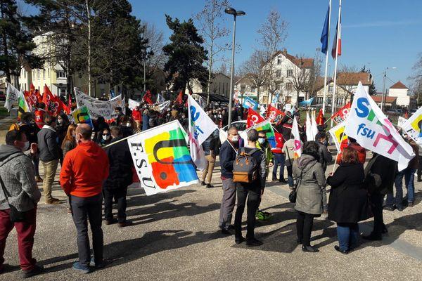 Ce mardi 23 mars, 200 personnes se sont rassemblées devant le rectorat pour dénoncer les suppressions de postes dans le secondaire au sein de l'Académie de Dijon