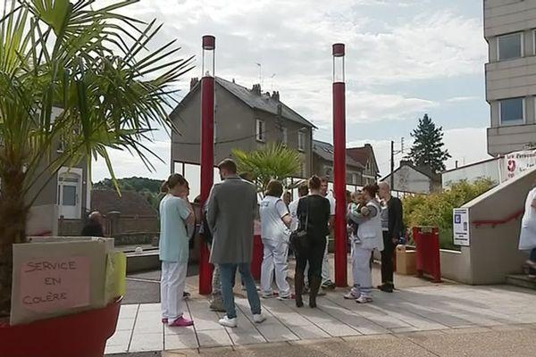 Médecins, aides soignants, infirmiers manifestent devant l'hôpital de Guéret