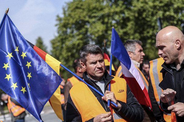 Plusieurs centaines de salariés de Saint-Louis ont manifesté contre la décision prise le 25 avril par Südzucker - groupe allemand dont Saint-Louis est une filiale et plus grand sucrier d'Europe - de fermer deux sites de production en France.