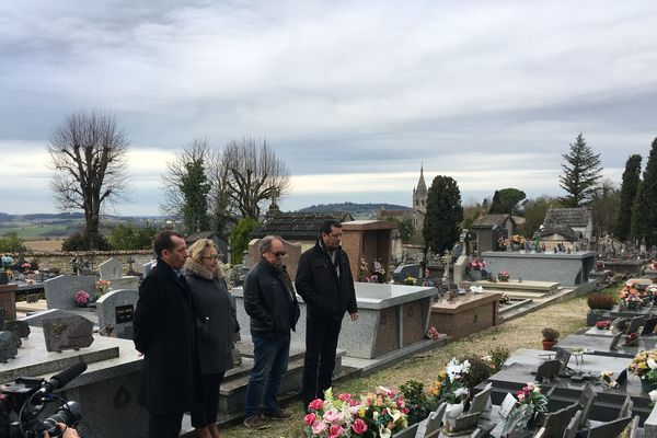 La famille de Paquita Parra recueillie sur la tombe après l'inhumation