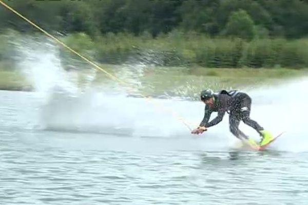 Ici, un téléski nautique permet de pratiquer le wakeboard