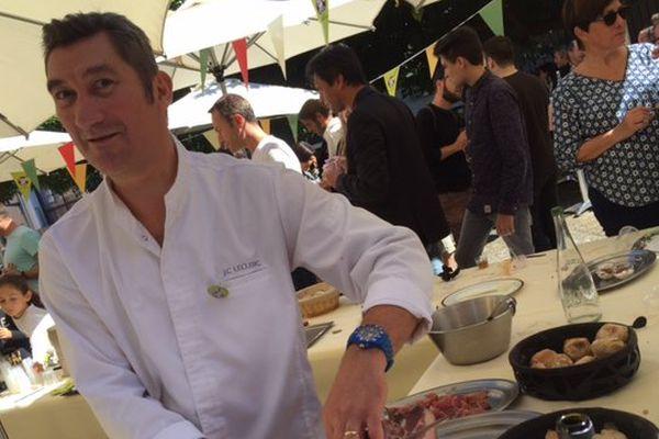 Le chef étoilé du restaurant qui porte son nom à Clermont-Ferrand est sorti de sa cuisine pour se mêler à la foule
