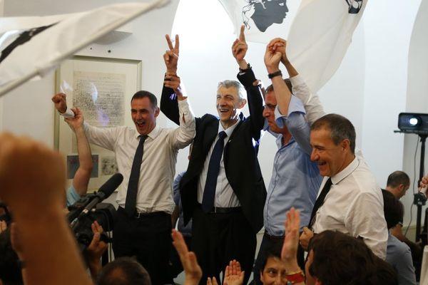 18/06/17 - Les leaders nationalistes Jean-Guy Talamoni et Gilles Simeoni et le maire de Bastia Pierre Savelli, entourant Michel Castellani (C), élu député de Haute-Corse
