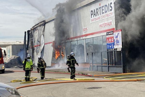 Une importante fumée se dégage des locaux de l'entreprise Partedis, les pompiers sur place pour juguler l'incendie.