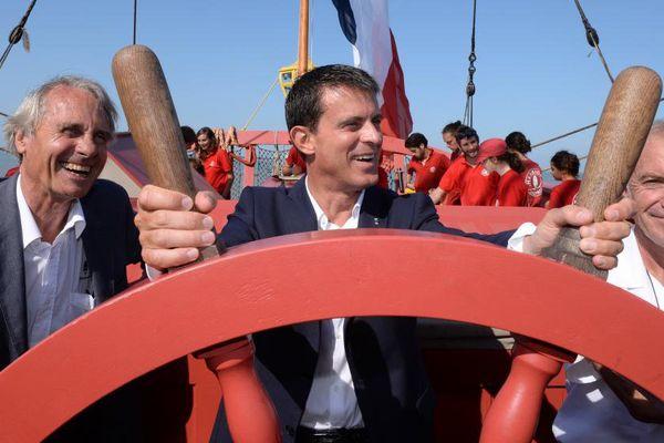 """Le Premier ministre Manuel Valls à bord de """"L'Hermione"""", au large de La Rochelle, le 29 août 2015."""