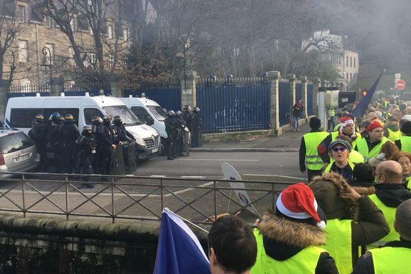 Devant la préfecture du Finistère à Quimper, les Gilets jaunes se sont retrouvés face aux forces de l'ordre