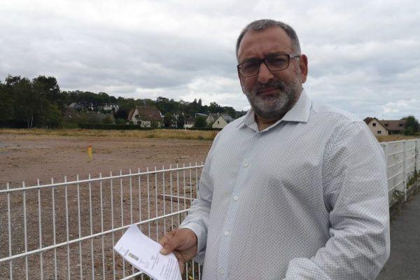 Le maire de Villers-sur-Mer, son arrêté à la main, devant l'ancien terrain alloué aux cirques avec animaux, désormais chantier pour un futur Ehpad.