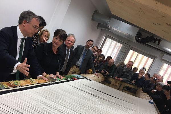 C'est à l'ambassadeur du Royaume-Uni (à gauche) qu'est revenu l'honneur de dévoiler la dernière tapisserie inspirée de Tolkien.