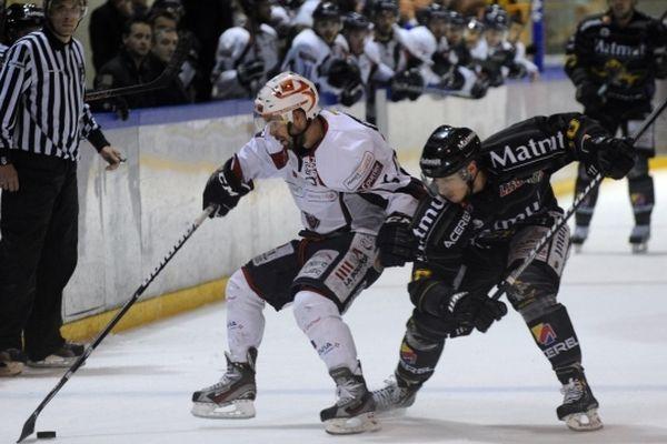 Les Dragons de Rouen et les Ducs d'Angers lors du match 6 des play-offs de la finale de la Ligue Magnus.