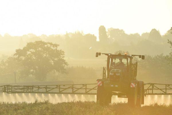 Un agriculteur français vaporise de l'herbicide sur ses cultures (illustration).