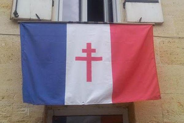 Le drapeau de la France libre accroché par un habitant de Sainte-Terre (Gironde).