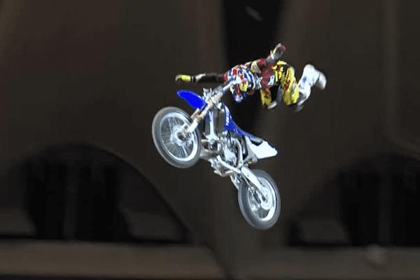 """Tom Pagès est le seul au monde à réussir """"le spécial flip"""",  une figure dont il possède le brevet et qui consiste à lâcher le guidon pour tourner intégralement autour de la moto. Lyon, le 22/11/2015"""