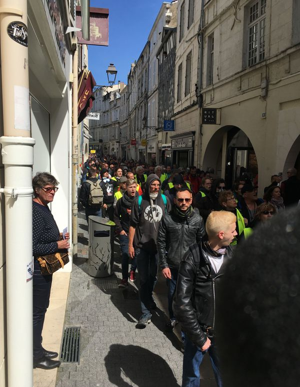 Le cortège des Gilets Jaunes dans les rues du centre-ville de La Rochelle.