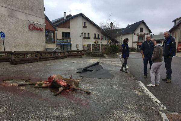 La carcasse a été retrouvé au petit matin dans le centre du village.