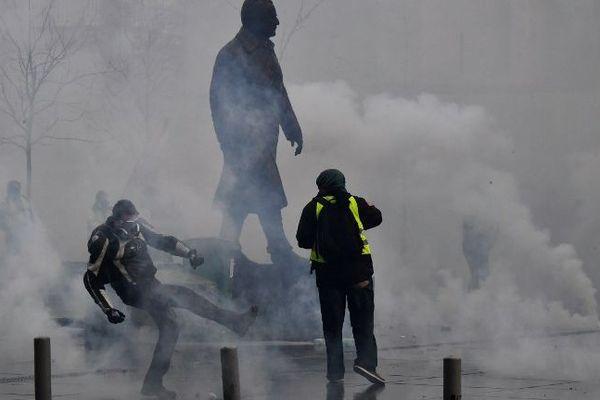 Affrontements place Pey Berland à Bordeaux
