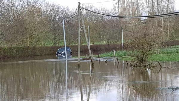 Cet automobiliste est reparti à pied, le moteur de sa voiture est noyé.