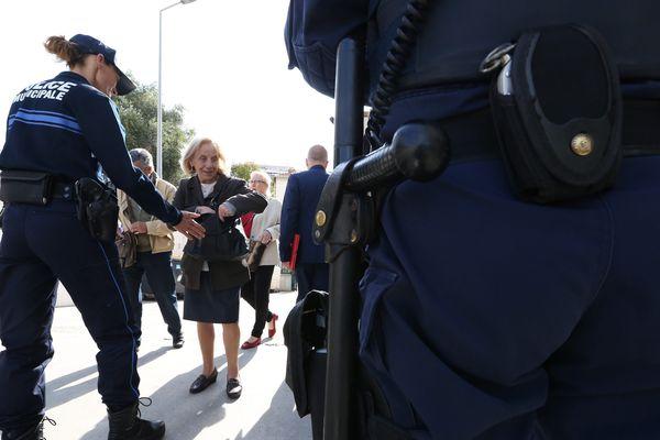 Fouille à l'entrée d'un bureau de vote à Cannes (06).