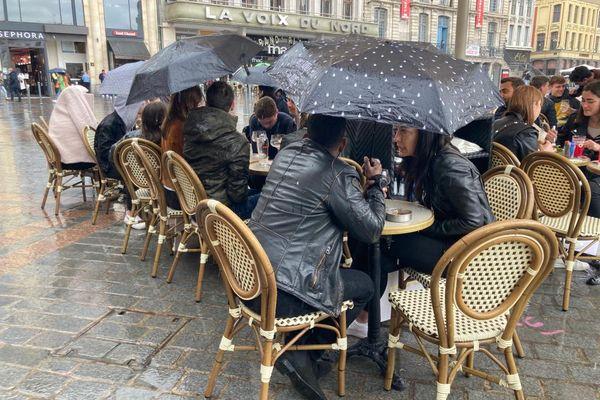 Même sous la pluie, les Lillois n'hésitent pas à se retrouver en terrasse.