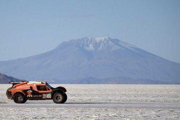 Ronan Chabot et Gilles Pillot dans le désert salin d'Uyuni, en Bolivie, lors du Dakar 2015.