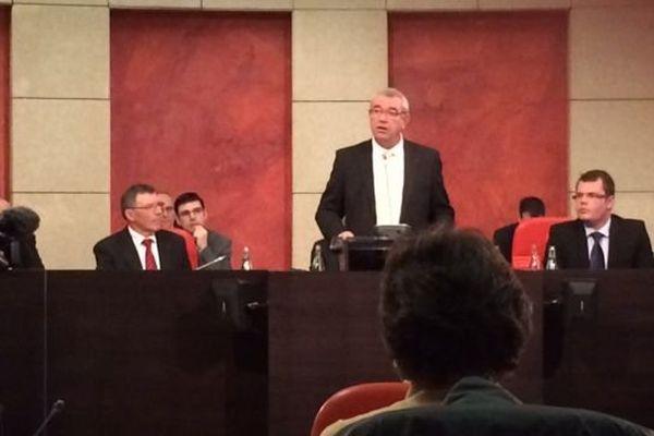 Yves Auvinet à la tribune pour son premier discours en tant que président du département