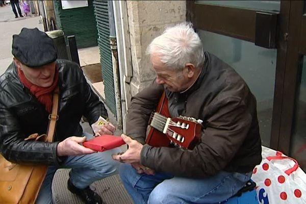 """Offrir des cadeaux à des sans domicile fixe : c'est le principe de l'opération """"Joyeux Noël"""" financée par le moteur de recherche Lilo"""