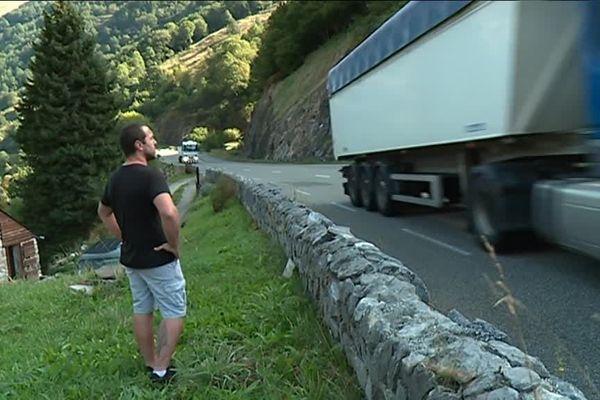RN 134 : la route de tous les dangers pour Lionel Garay, riverain de la nationale, qui filme le balai incessant des camions. Certains ont des comportements effrayants.