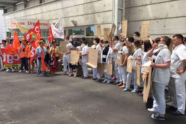 Les grévistes dénoncent des conditions de travail difficiles dans un service où l'activité ne cesse d'augmenter depuis 2010.