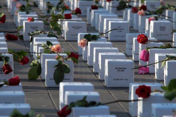 """Chaque année le collectif """"Les morts dans la rue"""" recense les SDF qui sont décédés. Ici une cérémonie d'hommage à Paris en 2015."""