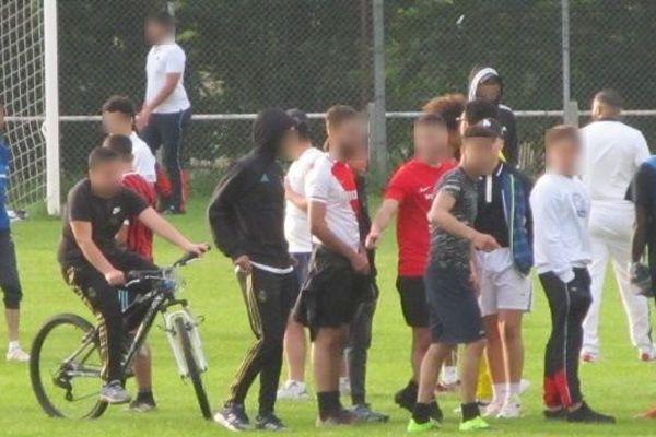 Depuis le mois d'avril, des matchs de football regroupant de nombreuses personnes sont organisés, comme ici à Castres (Tarn), et ne respectent pas les mesures sanitaires.