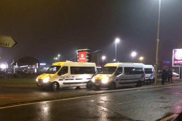 Des cars de CRS ont été disposés pour faire écran devant a station-service du Géant Angers, 23 novembre 2018