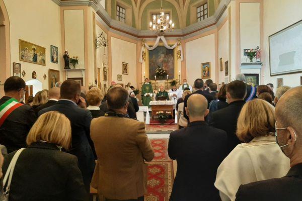 Procession et messe à la chapelle Notre Dame de la Visitation de Vievola (Tende). A l'intérieur, plusieurs représentants politiques français et italiens et la famille de berger disparu.