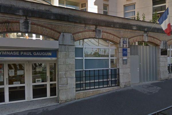 Une cinquantaine de personnes, dont des militants de l'association Droit au logement (DAL), ont occupé vendredi le hall du gymnase Paul-Gauguin