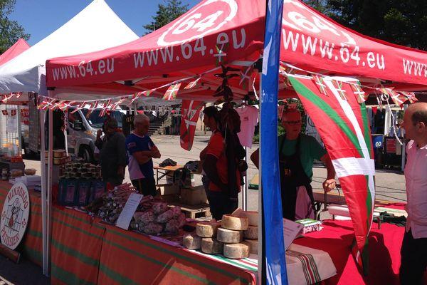 Des stands des Trois Etchés attendent leur public pour des dégustations de produits basques à Baccarat (54).