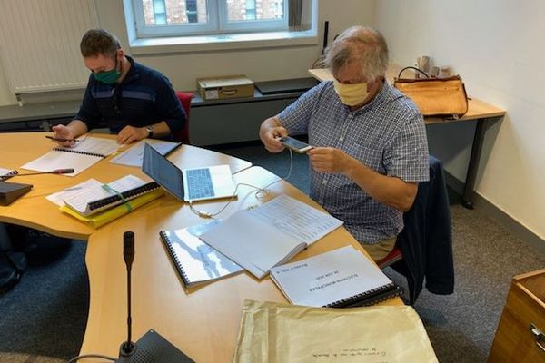 Dominique Plancke, militant EELV photographiant des listes d'émargement, en Préfecture de Lille ce jeudi matin