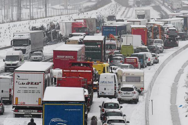 Alors que la région bat des records de chaleur (27.7 degrés à Perpignan mercredi), il y a un an, le 28 février, elle faisait face à une tempête de neige. Autoroute bloquée, une galère d'une trentaine d'heure autour de Montpellier. Le chaos.