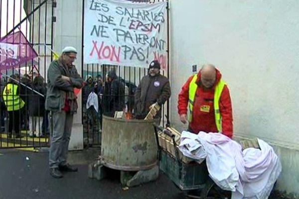 Ce jeudi matin, les grévistes filtraient l'accès à l'hôpital psychiatrique du Bon-Sauveur à Caen