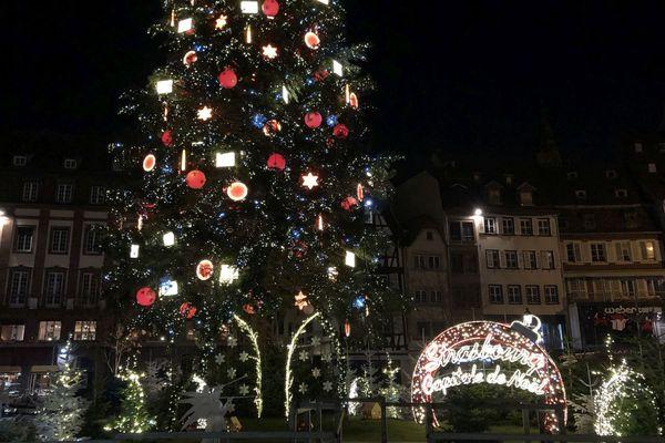 250 éléments de décoration et 6,5 km de guirlandes électriques pour ce géant de 30 m de haut.