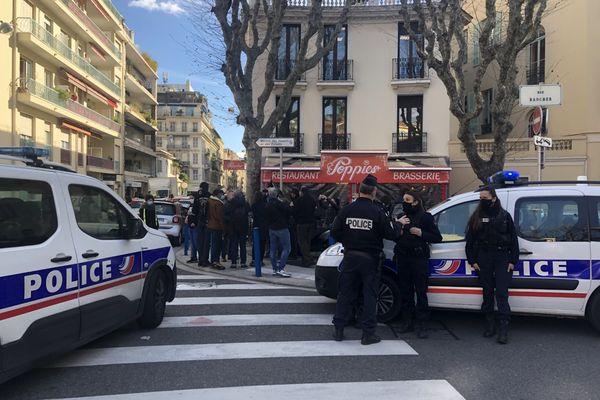 Les policiers devant l'établissement de Christophe Wilson.