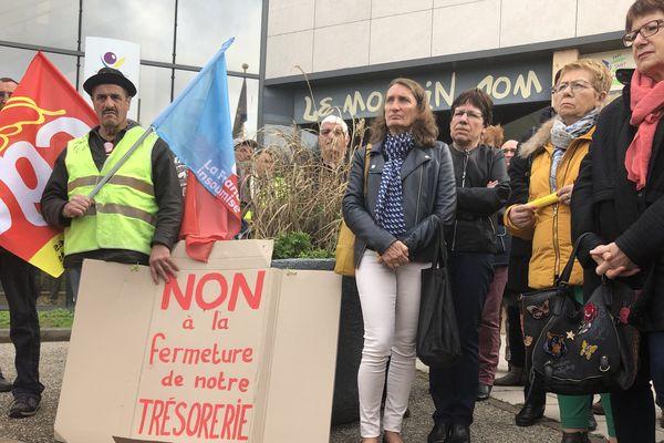 Les manifestants protestent contre la réorganisation des finances publiques.