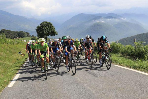 Le peloton roule lors de la 7e étape du Tour de France, le 8 juillet 2016 entre L'Isle-Jourdain et le Lac de Payolle.