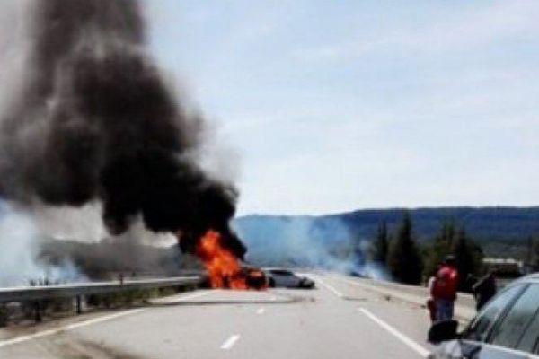La voiture s'était enflammée juste après le choc.