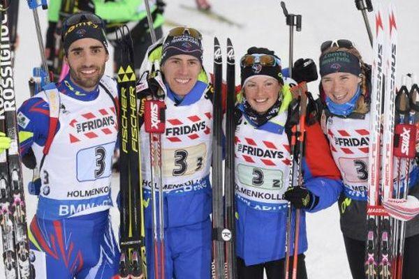 Martin Fourcade (à gauche), Quentin Fillon Maillet, Marie Dorin Habert et Anais Bescond, l'équipe de France du relais mixte de biathlon après sa victoire lors des mondiaux d'Oslo en Norvège - 3/03/2016