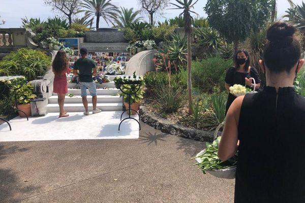 De nombreux niçois, des personnes qui ont été victimes de l'attentat, et des touristes viennent déposer une fleur et remplir le livre d'or dans les jardins de la villa Massena